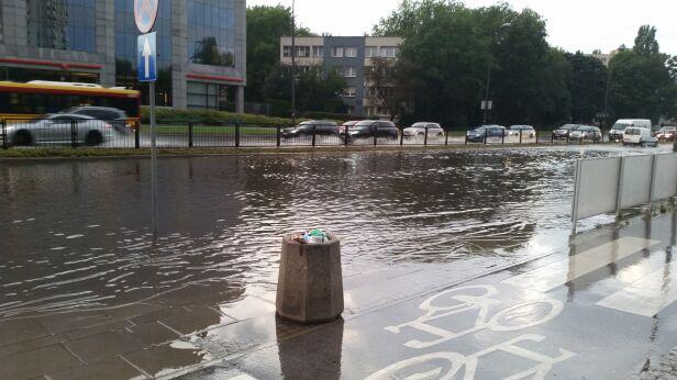Zalana ulica Rzymowskiego Paweł / warszawa@tvn.pl