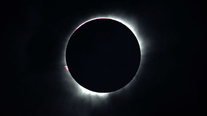 """Wyjątkowe zaćmienie Słońca. Ścieżka cienia Księżyca """"cofnęła"""" się w czasie"""